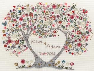 Un arbre et un coeur pour broder des prénoms entrelacés - Love Blossoms de Bothy Threads XKA4